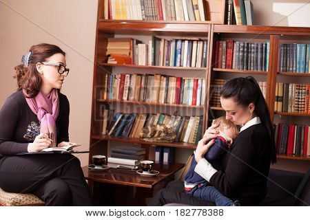 child psychologist advises the mother with child