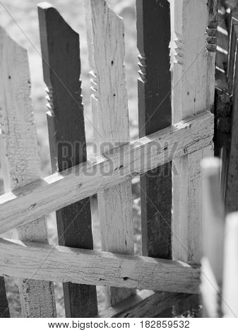 BLACK AND WHITE PHOTO OF OLD WOODEN FENCE IN DAYTIME