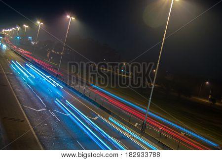 luces en la carretera de noche en la ciudad