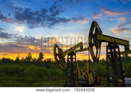 Oil pump jack oil field.. Насосы для добычи нефти на фоне заката