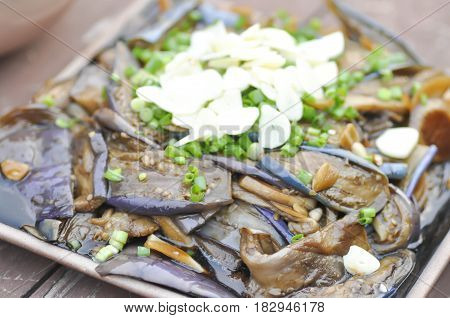 stir fried eggplant with green shallot topping dish