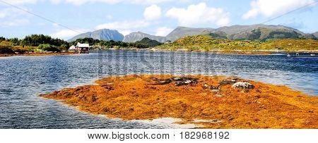 baai in Noorwegen met landtong die zich uitstrekt in meer