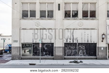 Saginaw, Michigan, Usa - October 9, 2018: Abandoned Storefront In The Downtown District Of Saginaw,