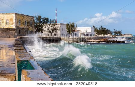 Ocean Waves Crash Over A Seawall To Seafront Embankment. Mozambique Island - Ilha De Mocambique, Ind