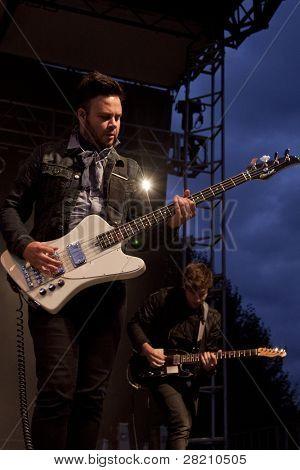 CLARK, NJ - Eylül 17: Bas gitarist Branden Campbell grubu Neon ağaçlar Unio gerçekleştirir