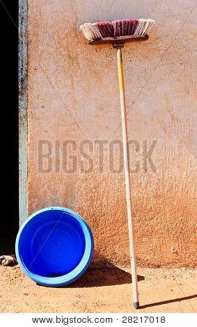 alte Mop gegen eine Wand