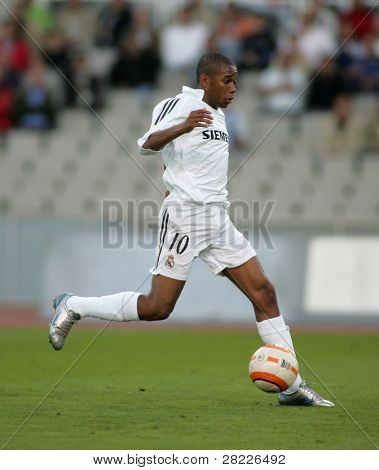 BARCELONA- SEPT 18: Robinho de Souza of Real Madrid in action during  the match between Espanyol and Real Madrid at the Olympic Stadium on September 18, 2005 in Barcelona, Spain