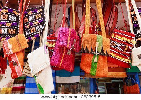 Bunte Taschen auf einem Markt in der Straße