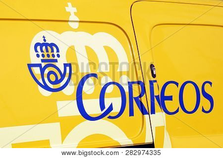 Puerto Rico De Gran Canaria, Spain - Januari 1, 2019: Yellow Correos Post Office Logo In The Side Of