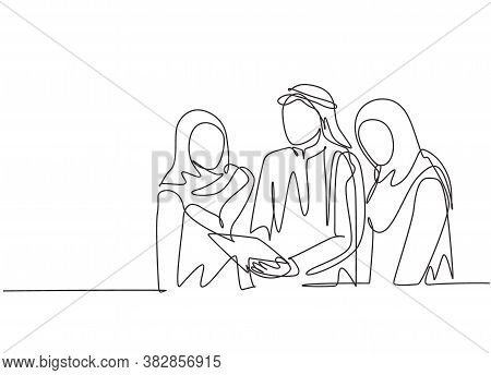 One Single Line Drawing Of Young Muslim Marketing Manager Giving Job Direction To Staffs. Saudi Arab