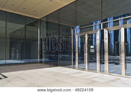Verschlossenen Türen In modernen großen Glas-Gebäude