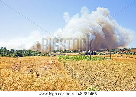 Big bushfire threatens homes in Portugal