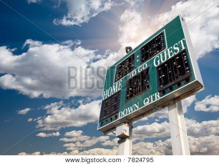 High School-Anzeigetafel auf einen blauen Himmel