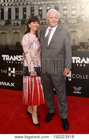CHICAGO-JUN 20: Sir Anthony Hopkins (R) and his wife Stella Arroyave attend the