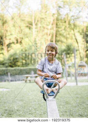 Kind, Bub, Junge Spielt Auf Einem Kinderspielplatz