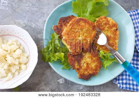 Vegetable patties  with cauliflower, chickpeas and oatmeal.