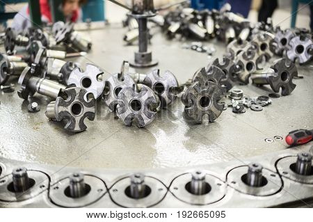 Repair and maintenance of the braiding machine. Placer elements of the mechanism. Selective focus.