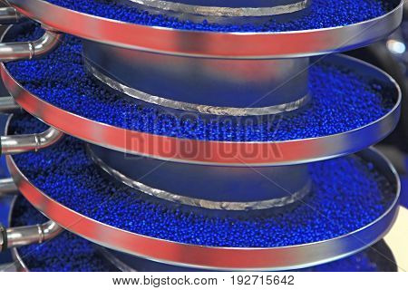 Moving plastic granules in the vibrating conveyor