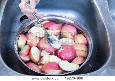 Soak Apple In Water With Salt To Prevent Oxidation