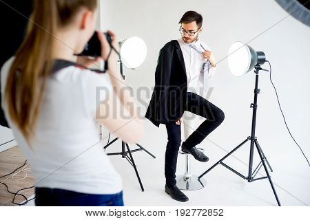 Photo model man posing to photographer girl