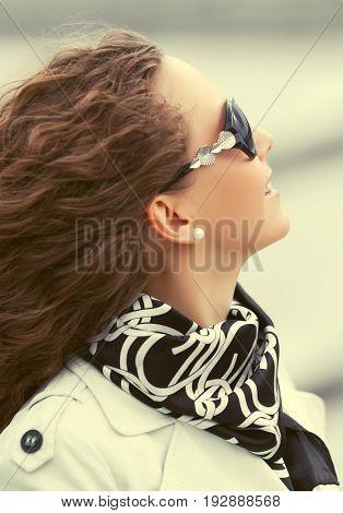 Happy beautiful fashion woman in sunglasses walking outdoor