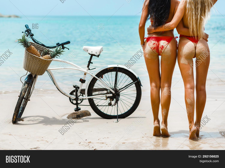 XXX photo hot babes in bikinis free pics