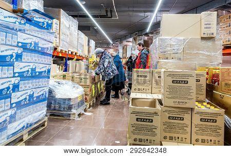 Samara, Russia - March 31, 2019: Interior Of The Retail Discounter Svetofor. One Of Retail Warehouse