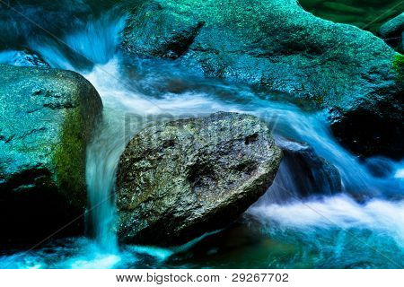 Creek mit Wasser und Steine in den Bergen.
