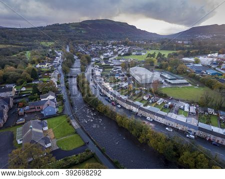 Editorial Ystradgynlais, Uk - October 25, 2020: The River Tawe As It Runs Through The Town Of Ystrad