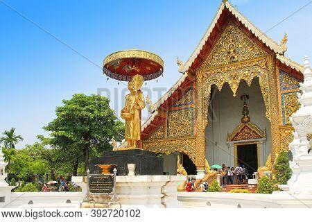 Chiang Mai, Thailand - Mai 12, 2018:  Tourists In Wat Phra Singh Temple In Chiang Mai