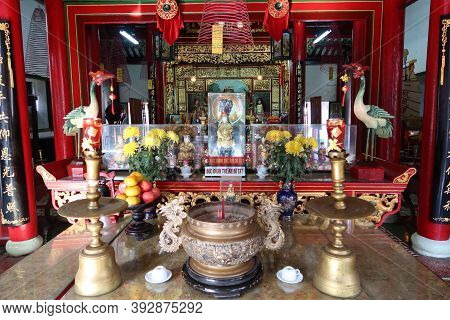Hoi An, Vietnam, October 29, 2020: Detail Of The Censer And Offerings In Front Of The Altar Of The A