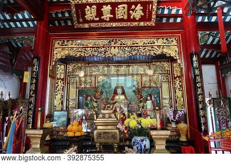 Hoi An, Vietnam, October 29, 2020: Altar In The Main Hall Of The Assembly Hall Of Fujian Chinese Tem