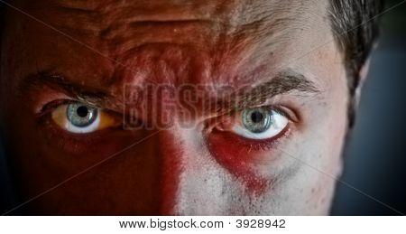 Criminal mit Blut auf seinem Gesicht