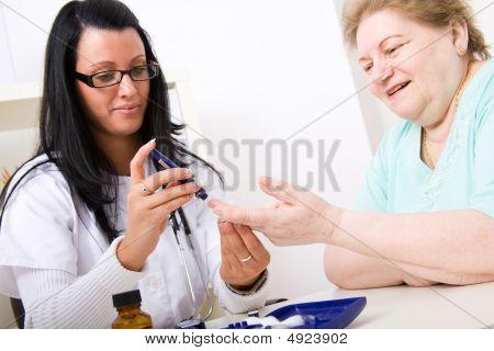 junge Arzt überprüfen den Blutzuckerspiegel