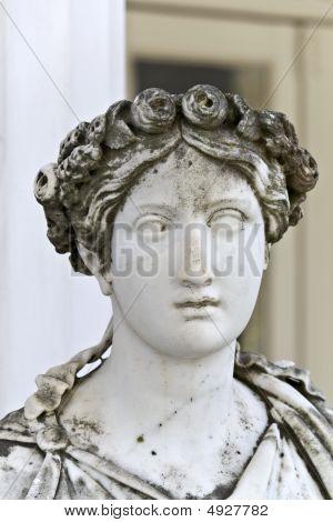 antike griechische Statue außerhalb des Tempels
