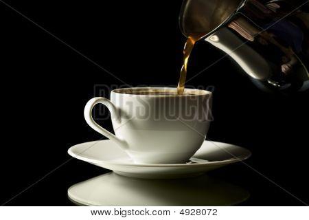Café en taza blanca aislada sobre fondo negro