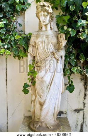 alte klassische griechische Statue zeigt Göttin Artemis