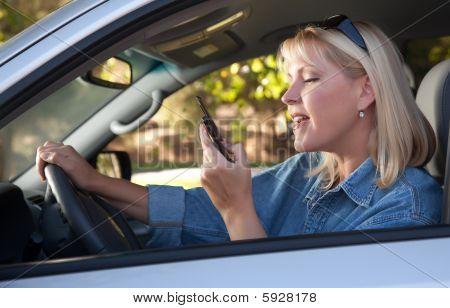Frau von SMS-Nachrichten während der Fahrt
