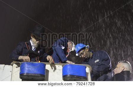 Mayor De Blasio & Rabbi Hecht in rain