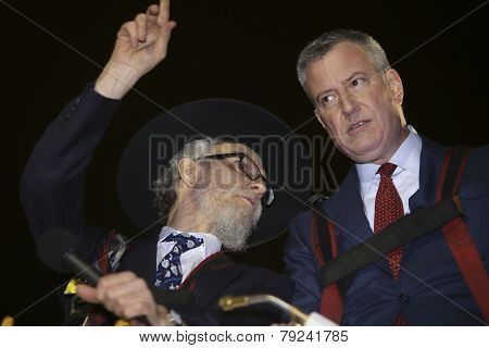 Rabbi Hecht gestures with Mayor De Blasio