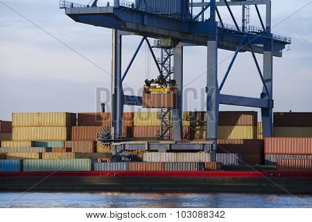 Loading containers in a barge