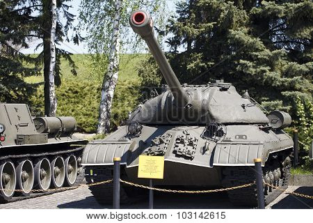 museum exhibits weapons in Kiev