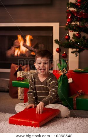 Little Boy Verpackung aus Weihnachtsgeschenk