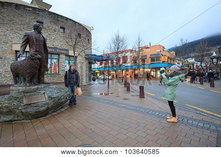 Queentown New Zealand-september 5:tourist Take A Photograph With William Gilbert Rees Statue In Quee