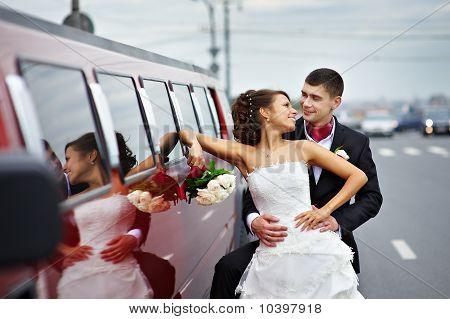 Noiva e noivo perto Wedding limousine