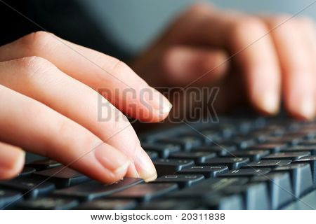 Tippen auf Tastatur.