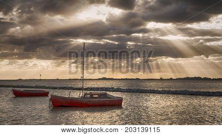barco río nubes sol atardecer reflejos agua