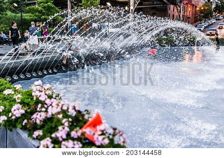 Washington Dc, Usa - August 4, 2017: Young Children Playing In Water Fountain In Georgetown Park In