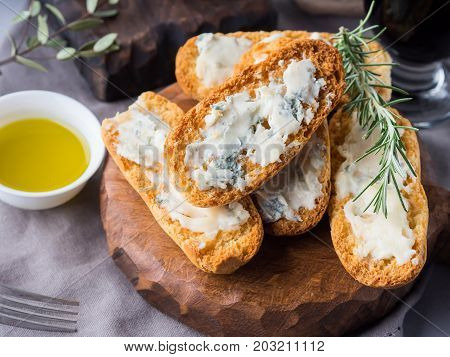 Italian Toasts With Gorgonzola Cheese