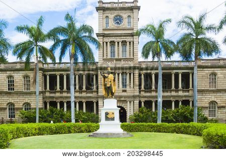 June 2017 - Aliiolani Hale, is the hawaian State Supreme Court building generally known as the  the general head quarter of the `hawaii five o` in the homonymous  tv serie.
